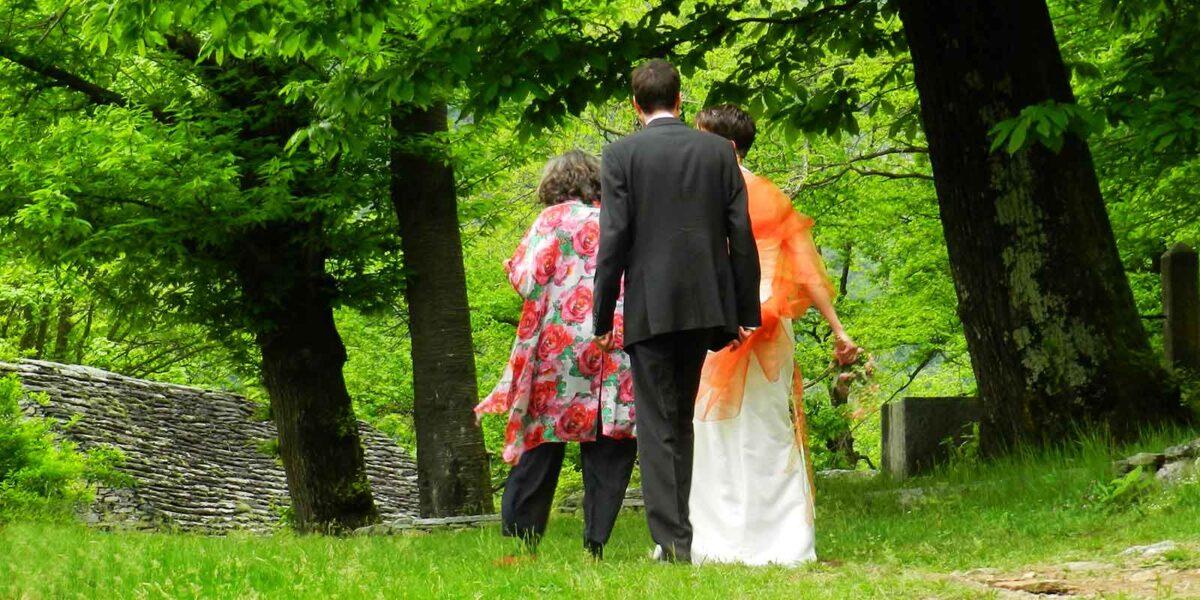 Bild: Rosmarie Brunner, Theologin, führt ein Brautpaar durch den Wald zu einer Kapelle