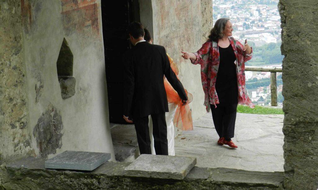 Hochzeitszeremonie Rosmarie Brunner, Theologin, ladet die Hochzeitsgäste zur Trauung ein
